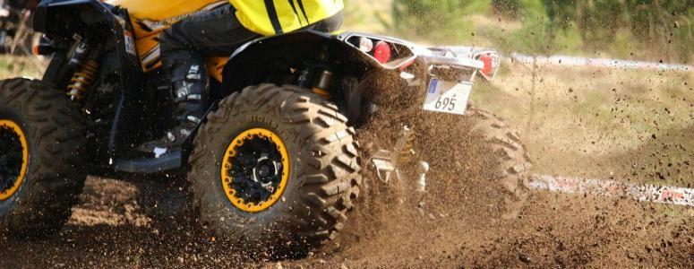 Pneu de quad dans la boue